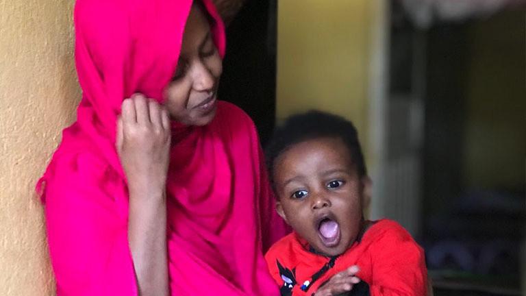 Nabiha Abdi mit ihrem Sohn