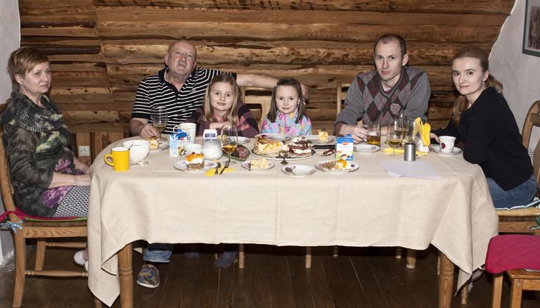 Eine russlanddeutsche Familie in Lahr im Schwarzwald am großen Esstisch.