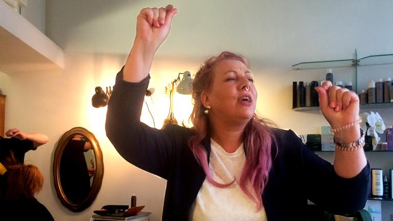 Friseurin Tina hat rosa Haare und tanzt in ihrem Friseursalon