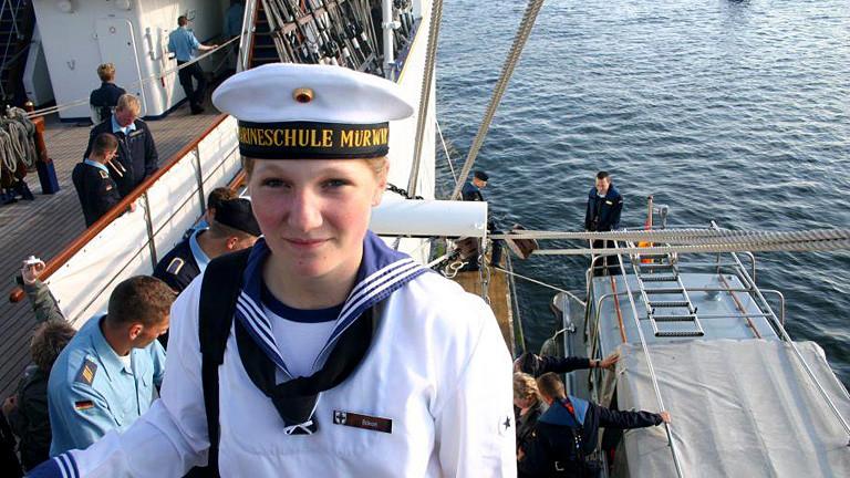 Frau in Marineuniform auf einem Schiff