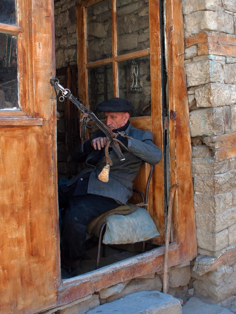 Ein angeketteter Mann in einem Türrahmen