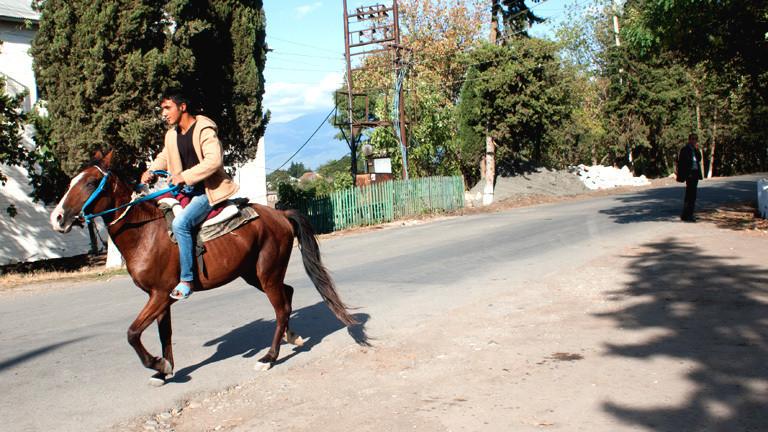 Ein Junge reitet auf einem Pferd
