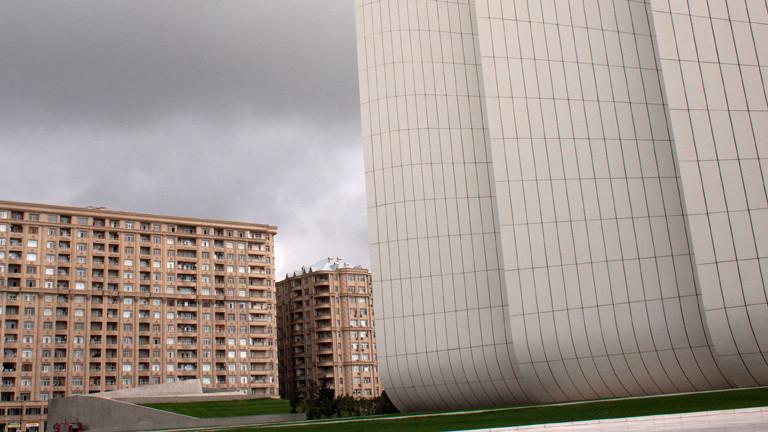 Gebäude aus den 60ern hinter modernem Design in Baku