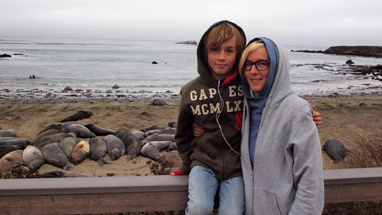 Mutter und Sohn am Meer.