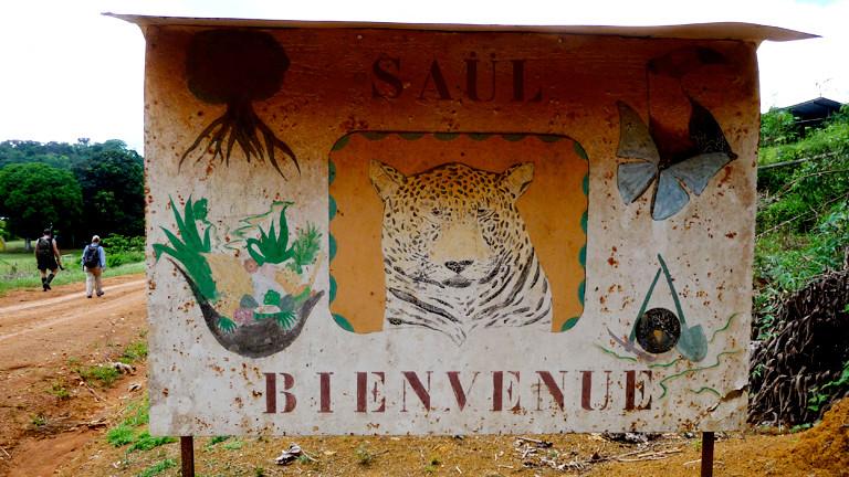 Willkommensschild von Saül zeigt einen Tiger