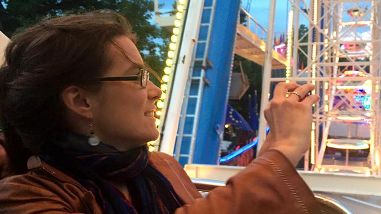 Eine Frau auf einem Karussell