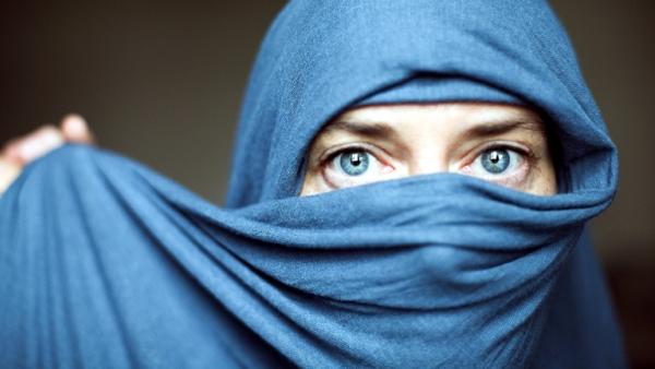Eine Frau trägt einen blauen Schleier.