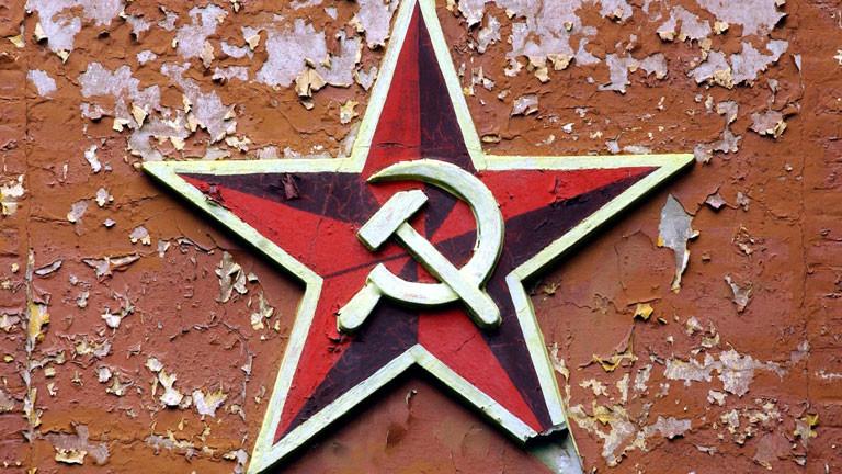 Ein Sowjetstern mit Hammer und Sichel