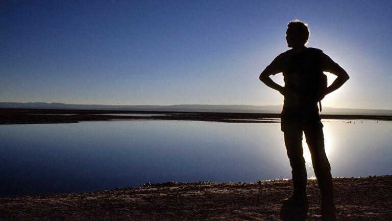 Ein Mann schaut über eine Wasserfläche.