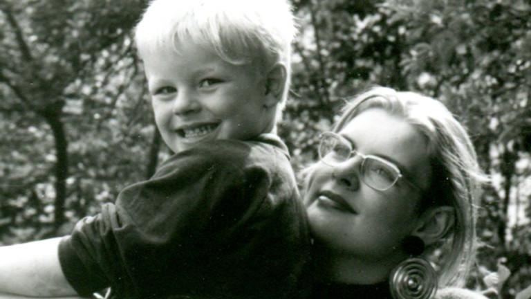 Hanna mit ihrem Sohn Jonny 1988. Hanna wurde mit 16 Mutter.