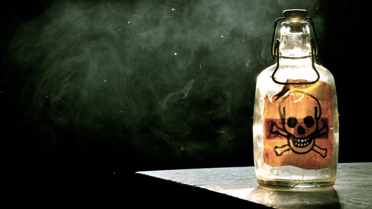 Eine Flasche mit einem Totenkopf drauf.