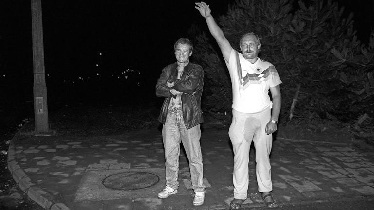 Harald Ewert hebt in der Nähe des Asylanten-Aufnahmezentrums in Rostock den rechten Arm zum Hitlergruß.