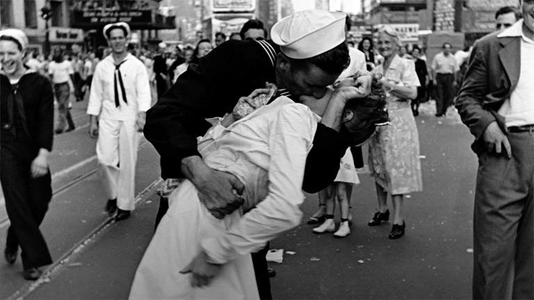 Ein Matrose und eine Zahnarzthelferin küssen sich auf dem Times Square New York im August 1945.