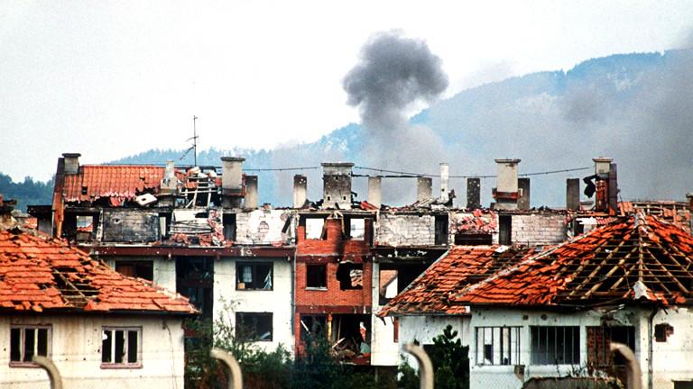 1992: Ruinen kürzlich ausgebrannter Häuser in Dobrinja, einem Stadtteil der umkämpften bosnischen Hauptstadt Sarajevo