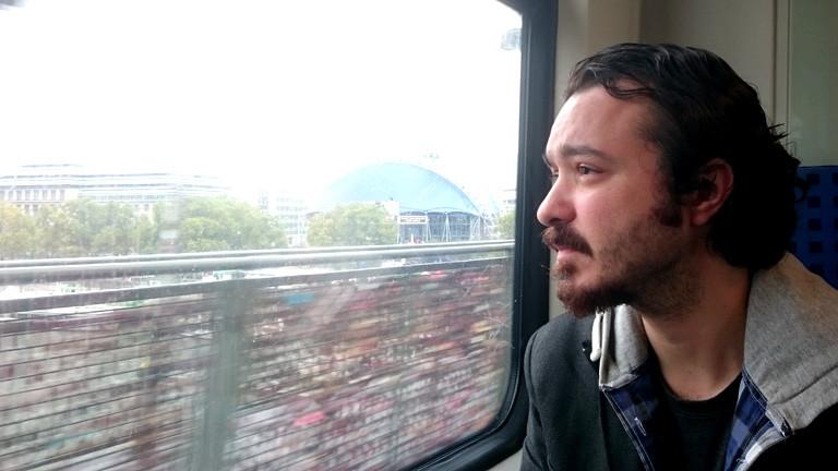 Volkan Agir schaut aus einem Zugfenster