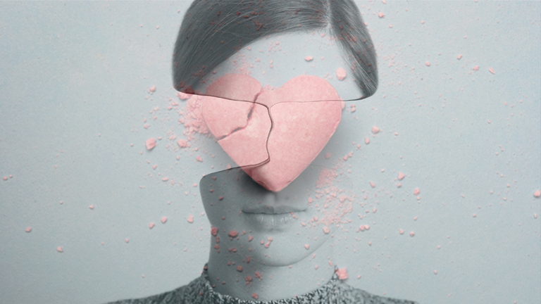 Frauenkopft ohne Gesicht, zerbrochenes Herz