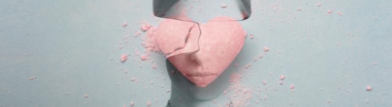 Collage: Frauenkopf ohne Gesicht und zerbrochenes Herz