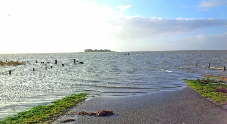 Überschwemmter Weg zur Hallig Hooge.