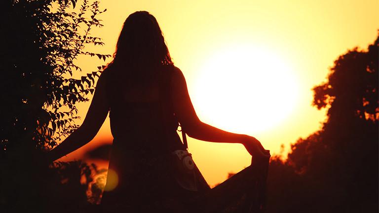 Eine Frau in der Abendsonne