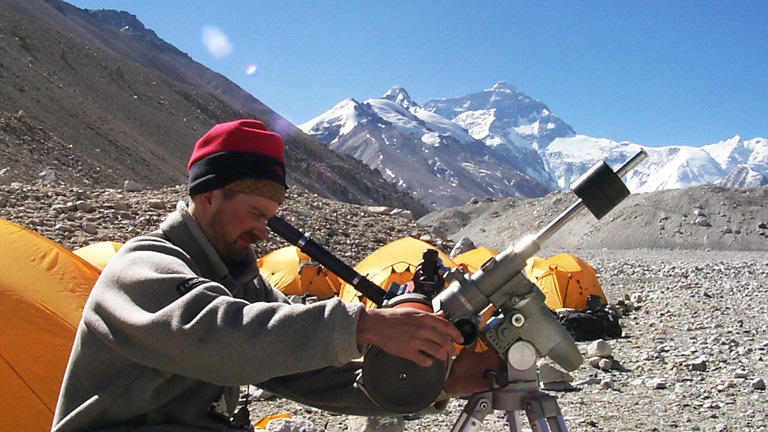 Mann mit Teleskop an Mount Everest