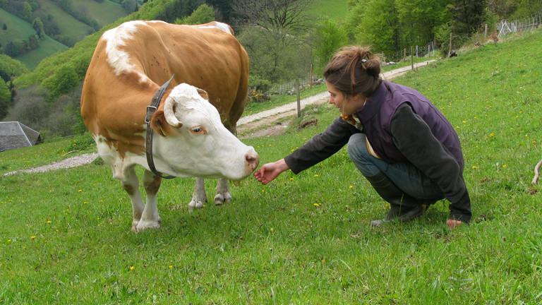 Stephanie Doetzer (rechts) mit der Kuh Lisa (links).