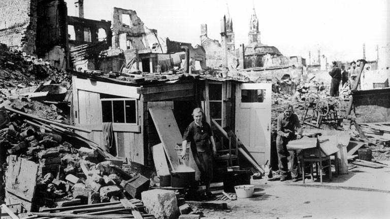 Nürnberger Bürger, die ihre während des Krieges zerstörten Häuser verlassen mußten, haben sich inmitten der zerstörten Stadt aus Trümmern eine behelfsmäßige Unterkunft errichtet.