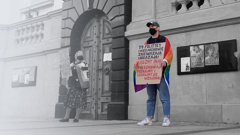 Przemek protestiert in Warschau für die Rechte von Homosexuellen