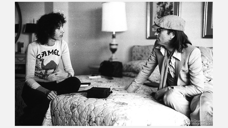 John Lennon und Frances Schoenberger sitzen auf einem Bett
