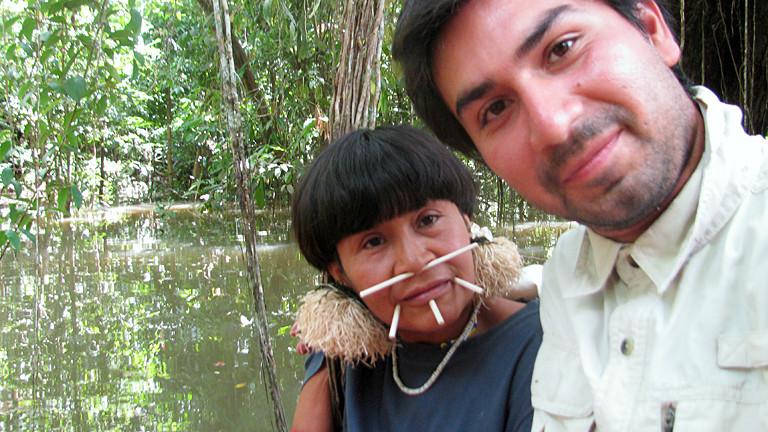 Mann mit einer Frau im Dschungel.