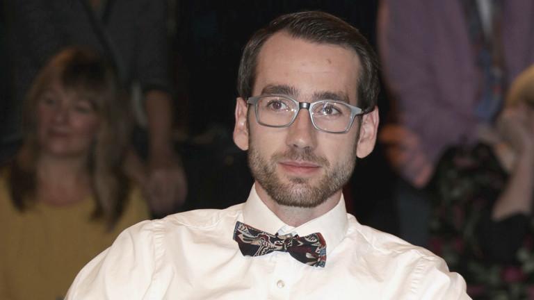 Porträt von Max Rinneberg in einer Talkshow im Fernsehen.