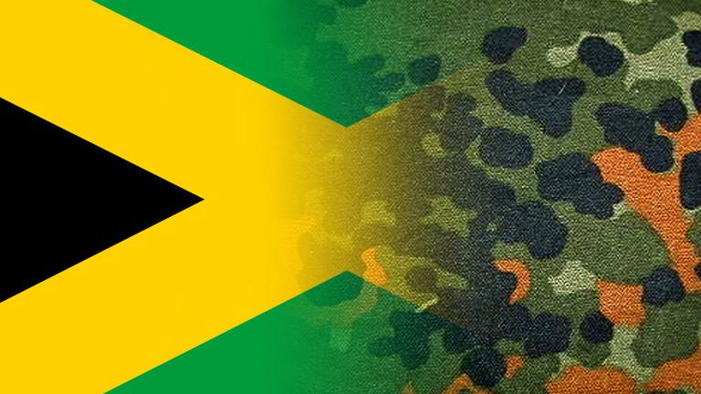 Eine Jamaika-Flagge überlagert von einem Flecktarn-Muster