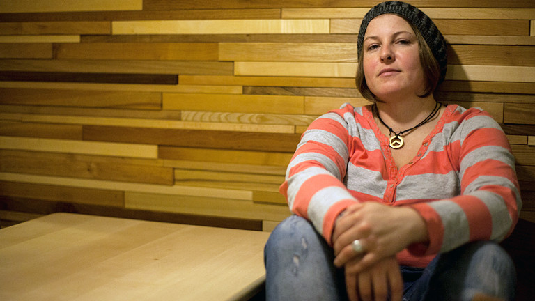 Eine Frau in einem Cafe.