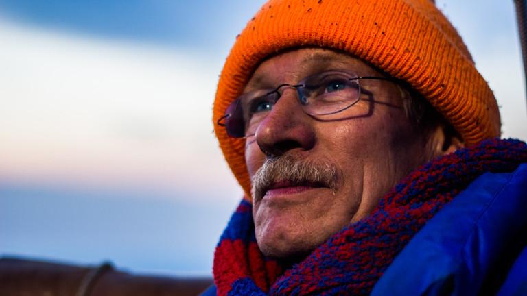 Wilhelm Eimers mit oranger Mütze und dicker Daunenjacke