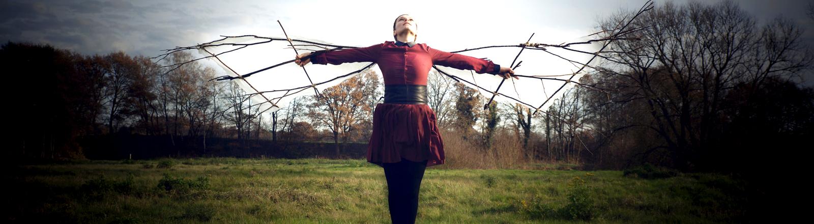 Eine Frau mit selbst gebastelten Flügeln
