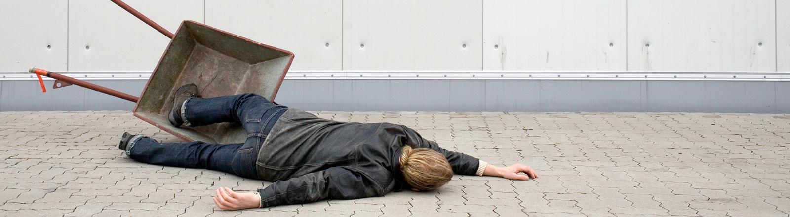 Ein Mann liegt auf dem Boden
