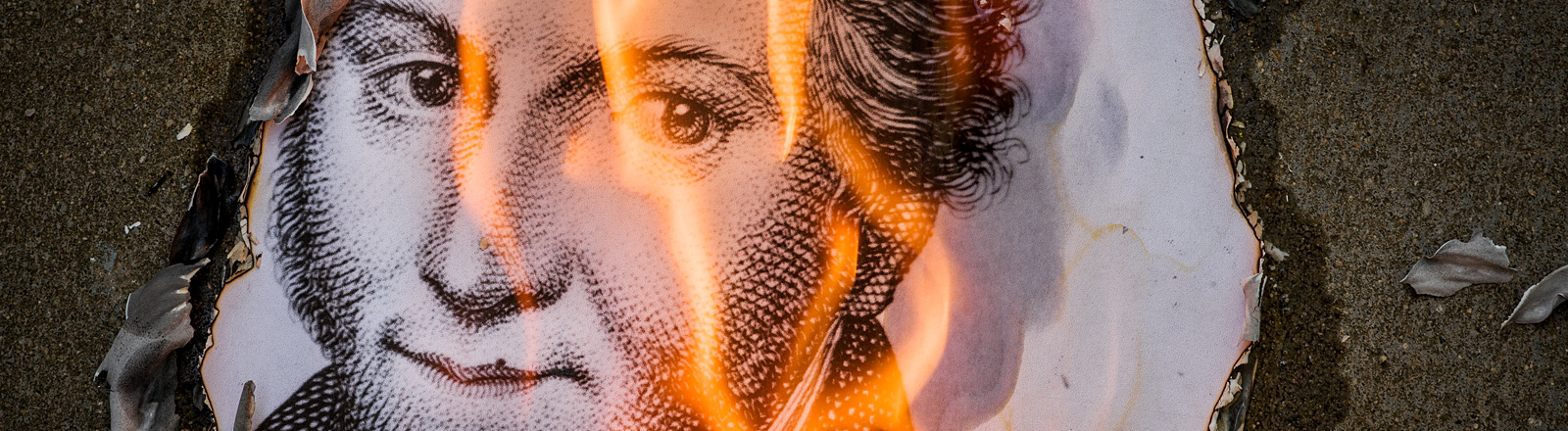 Ein Konterfei E.T.A. Hoffmanns brennt.