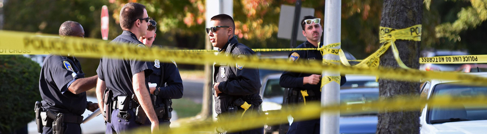 Polizisten in Baltimore vor einer Absperrung.