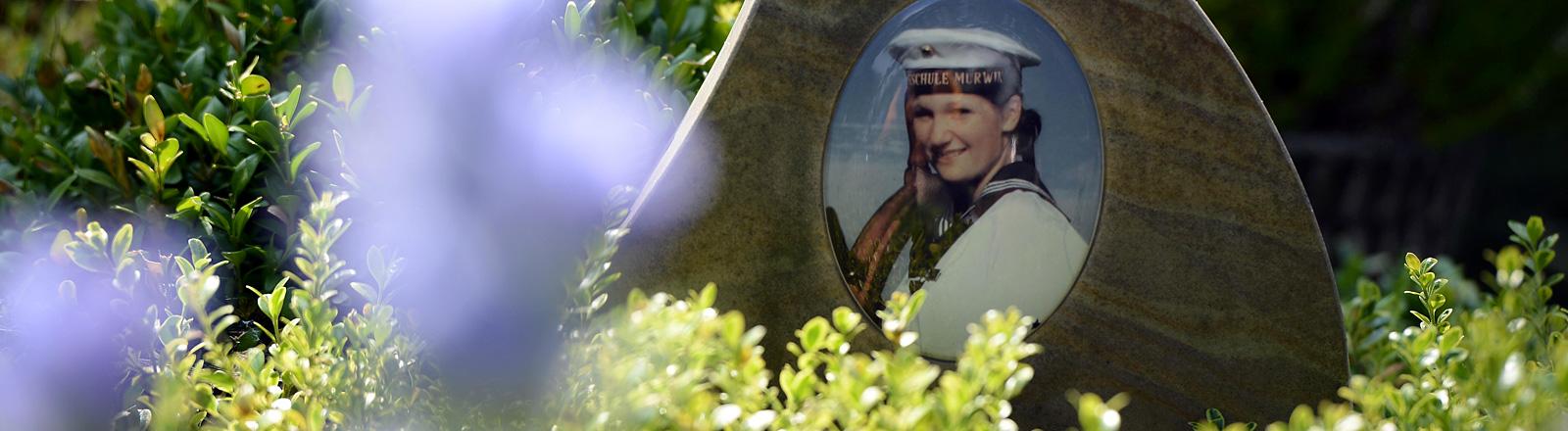 Grab mit dem Bild einer Marinesoldatin