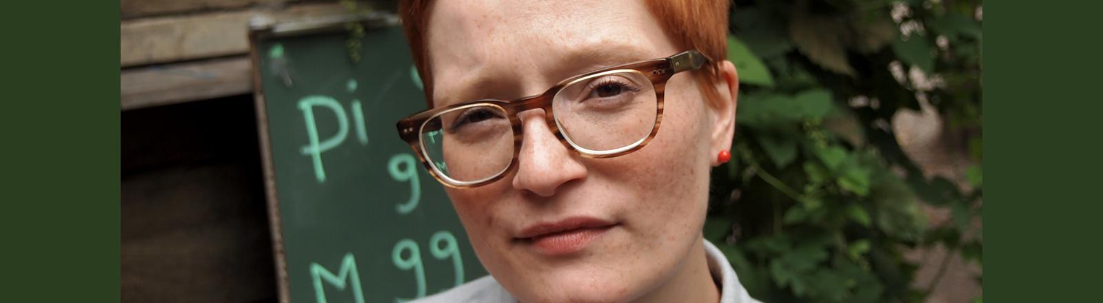 Frau mit kurzen Haaren und Brille