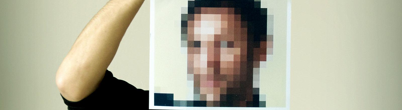 Ein Mann mit verpixeltem Gesicht