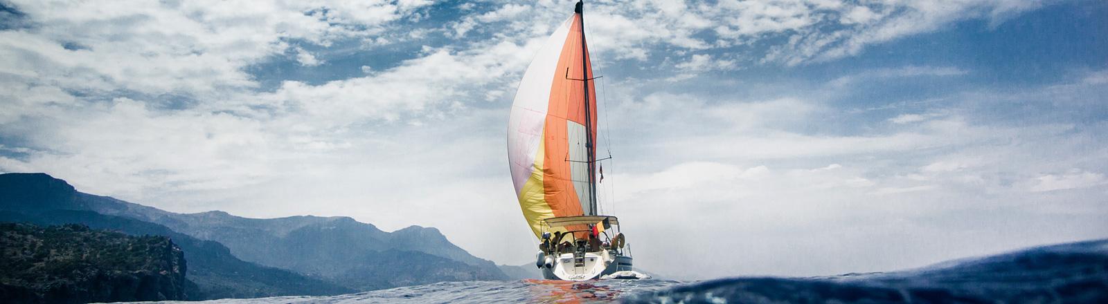 Seegelboot auf dem Meer