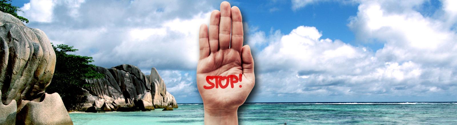 Ein Bild von den Seychellen, Strandpanorama, davor eine Hand auf der Stop steht