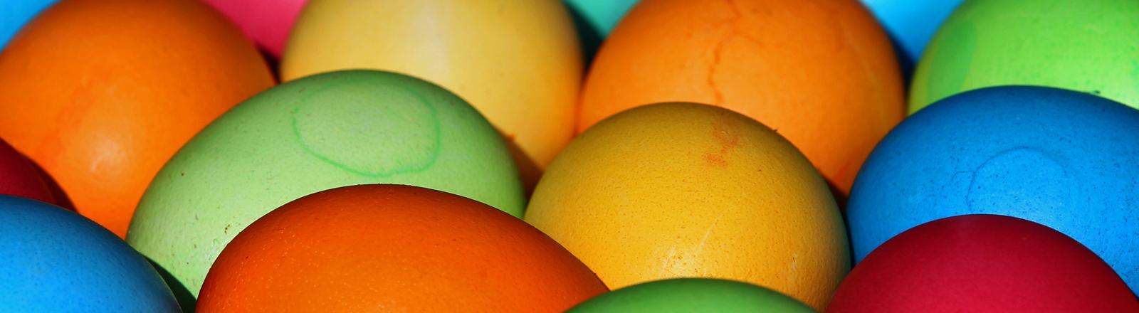 Selbst gefärbte Eier liegen am 15.03.2015 in Kaufbeuren (Bayern) in einer Schale.
