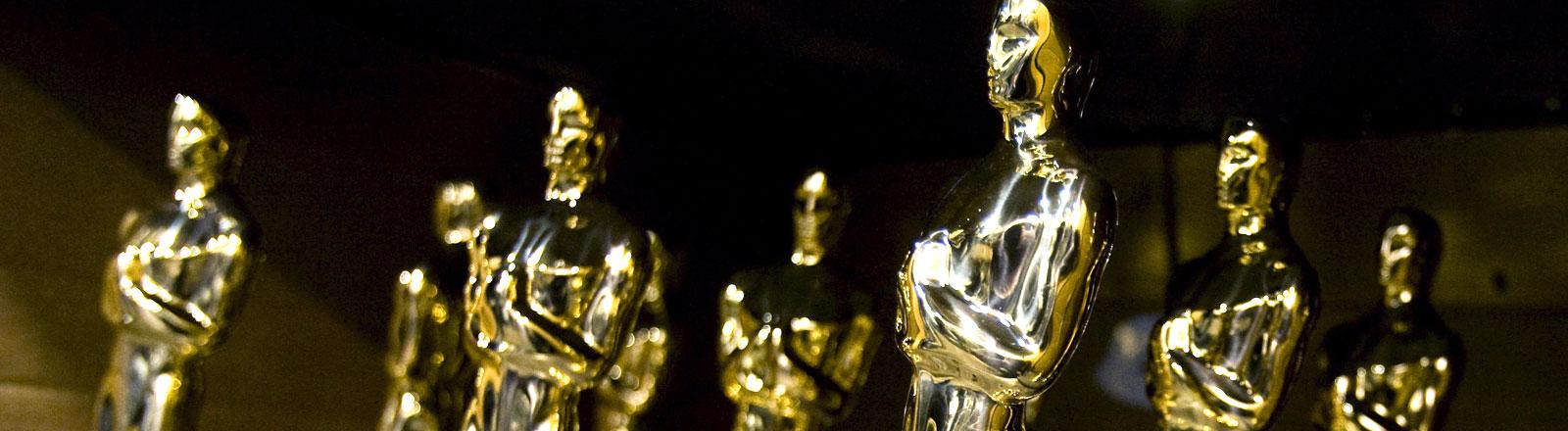 Mehrere Oscar-Statuen.