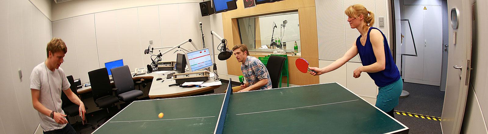 Lennart Wehking, Thilo Jahn, Nora Hespers beim Live-Tischtennis im DRadio Wissen Studio