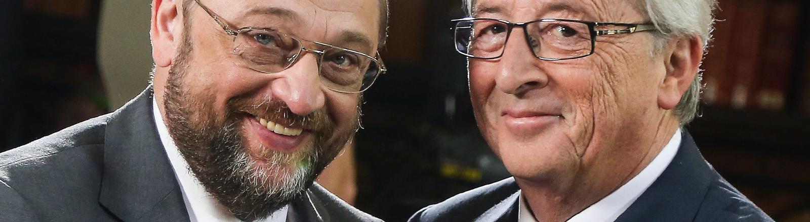 Martin Schulz und Jean-Claude Juncker stehen am 09.04.2014 nebeneinander.