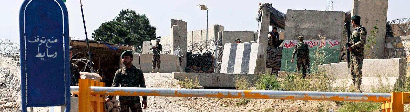 Afghanische Soldaten vor dem Qagha Camp in Kabul, Afghanistan (05.08.2014)