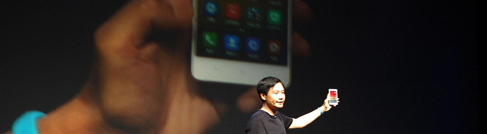 Xiaomi-Chef Lei Jun präsentiert am 22.07.2014 in Peking ein neues Xiaomi-Smartphone.