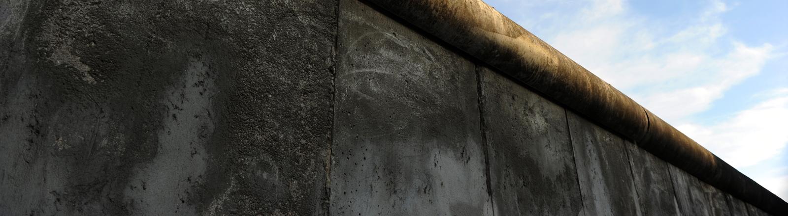 Mauersegment mit Betonrolle, die das Überklettern verhindern sollten, in der Gedenkstätte Berliner Mauer an der Bernauer Straße in Berlin, aufgenommen am 23.6.2011.