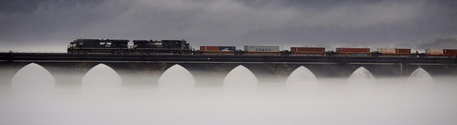 Ein Güterzug überquert bei dichtem Nebel die Rockville Bridge über den Susquehanna River in Marysville, Pennsylvania.